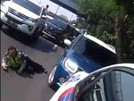 Video Wanita Nekat Terobos Konvoi Jokowi & Acungkan Jari Tengah