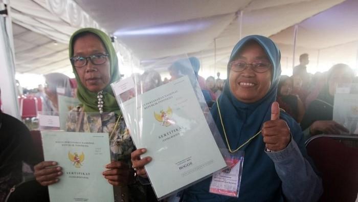 Kementerian Agraria dan Tata Ruang/Badan Pertanahan Nasional (ATR/BPN) menyerahkan sertifikat tanah untuk 7.000 masyarakat Kabupaten/Kota Bogor. Sertifikat tanah diserahkan Presiden Joko Widodo (Jokowi) ke 12 perwakilan warga.
