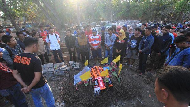 Para suporter berziarah ke makam Haringga Sirila di Indramayu, Jawa Barat, Senin (24/9).