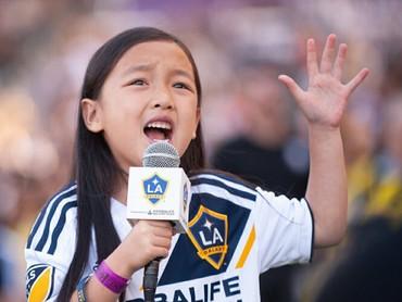 Yuk kenalan dengan Malea Emma. Gadis cilik berumur 7 tahun ini jadi viral setelah menyanyikan lagu kebangsaan Amerika di pembukaan laga sepak bola Major League Soccer (MLS). (Foto: Instagram/maleaemma)