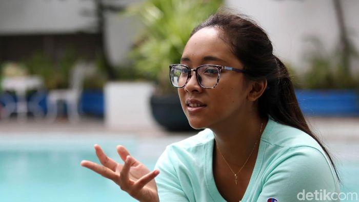 Laura Aurelia Dinda Sekar Devanti adalah salah satu atlet renang. Saat SMA ia terpeleset dan berakibat lumpuh. Tapi ia tetap konsisten bertahan di habitatnya: di kolam renang. (Agung Pambudhy/detikSport)