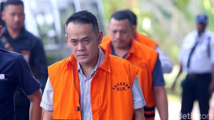 Narapidana kasus korupsi proyek pengadaan satelit monitoring Bakamla Fahmi Darmawansyah tiba di gedung KPK, Jakarta, Selasa (25/9/2018) untuk menjalani pemeriksaan penyidik. Fahmi diperiksa sebagai tersangka untuk tersangka mantan Kalapas Sukamiskin Wahid Husein dalam perkara suap terkait dengan pemberian fasilitas, perizinan ataupun pemberian lainnya di Lapas Kelas I Sukamiskin.