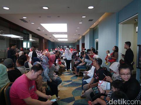 Ratusan orang antre untuk masuk ke area diskon mainan di Senayan City.