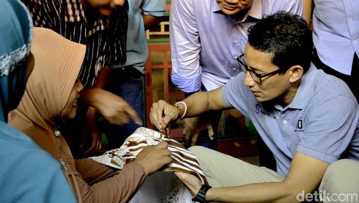 Sandiaga mencoba membatik dengan menggunakan chanting (alat batik tulis). Kendati nampak kaku, dalam memegang chanting, namun Sandiaga Uno tetap memoles chanting ke kain batik yang telah disediakan.