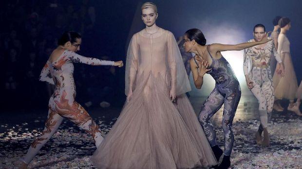 Peragaan busana Dior dalam Paris Fashion Week.