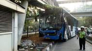 Bus TransJ Tabrak Tiang JPO di Kiai Tapa Grogol