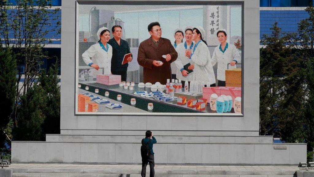 Literally, Ada Jutaan Gambar Kim Jong Un & Il Sung Dipajang di Korea Utara