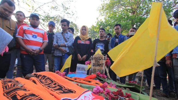 Suporter Persija Haringga Sirla meninggal dunia usai dikeroyok oknum suporter Persib Bandung.