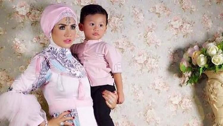 10 Momen Manis Shinta Bachir dengan Anaknya yang Lucu