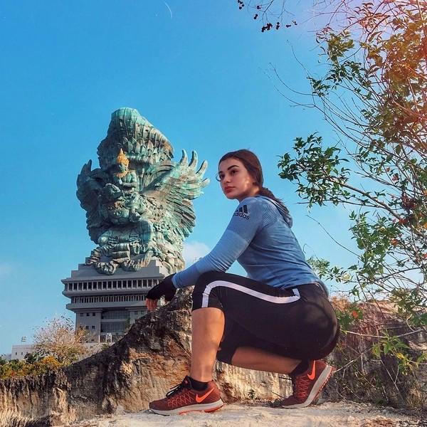 Baru-baru ini Nora mengunggah fotonya sedang berada di GWK, Bali. Bergaya sporty, gadis berusia 24 tahun ini memang dikenal sebagai pecinta fitness. (Instagram/@ncdpapl)