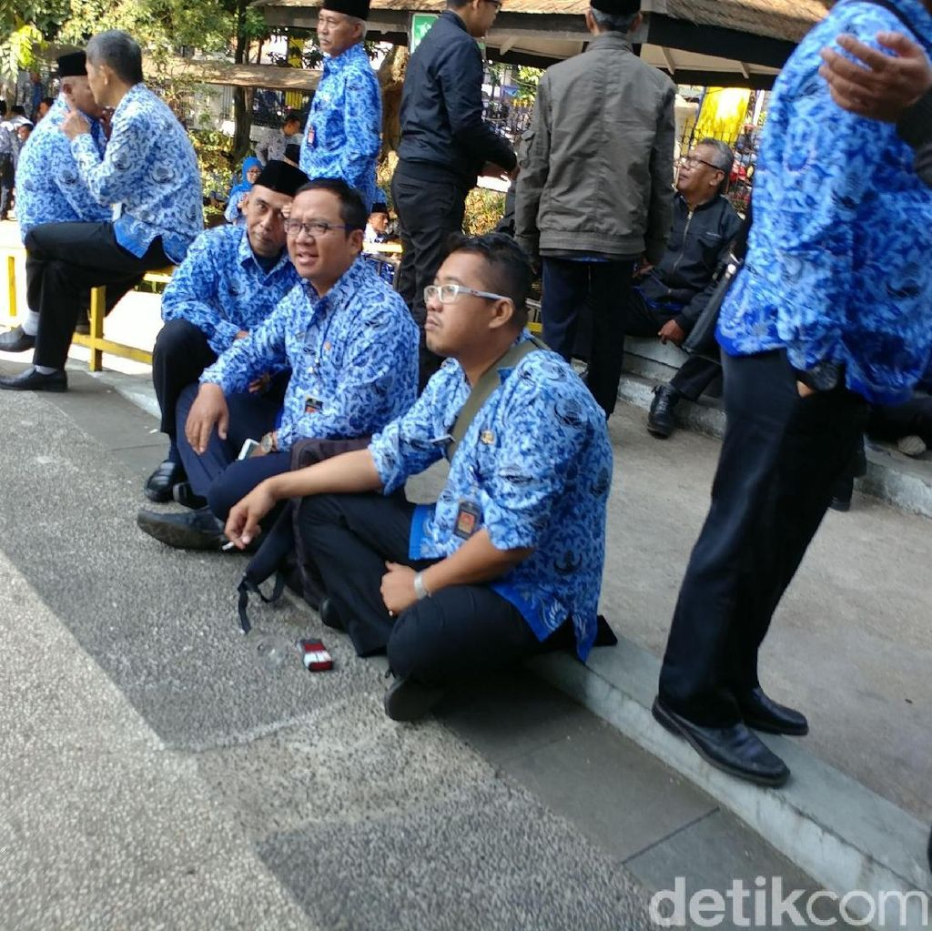Duh, PNS Asik Ngopi dan Ngerokok Saat Upacara HUT Bandung ke-208