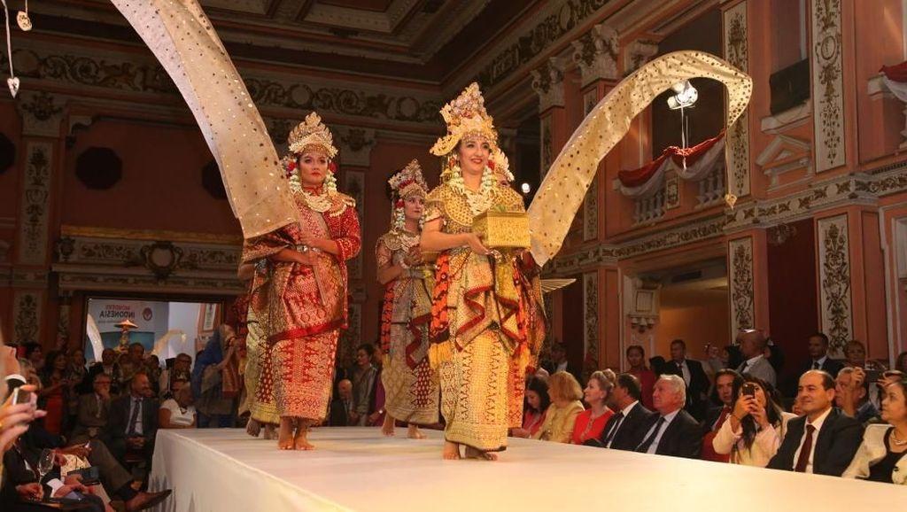 Promosi Indonesia di Bulgaria Lewat Peragaan Baju Tradisional
