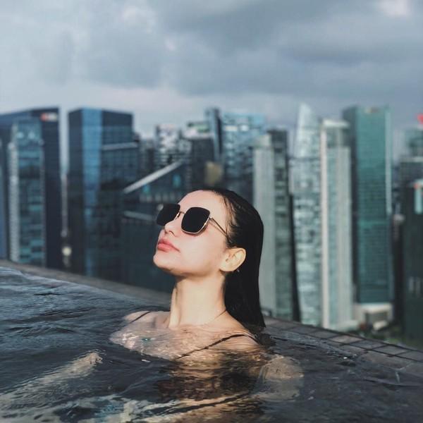 Tak cuma Bali, Nora juga menikmati waktu senggangnya dengan berenang di Infinity Pool Marina Bay Sands, Singapore. (Instagram/@ncdpapl)
