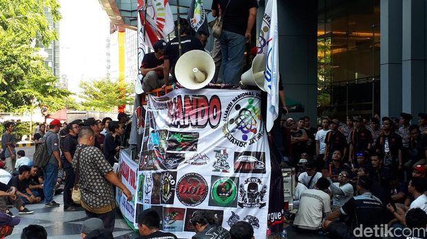 Demo Aliando mengakibatkan kemacetan di ruas Jl HR Rasuna Said, Selasa (25/9/2018)
