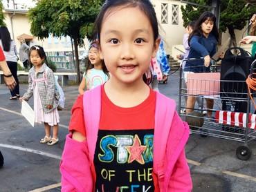 Ini saat Malea mendapat penghargaan star of the week di sekolahnya. Malea memang anak berbakat! (Foto: Instagram/maleaemma)