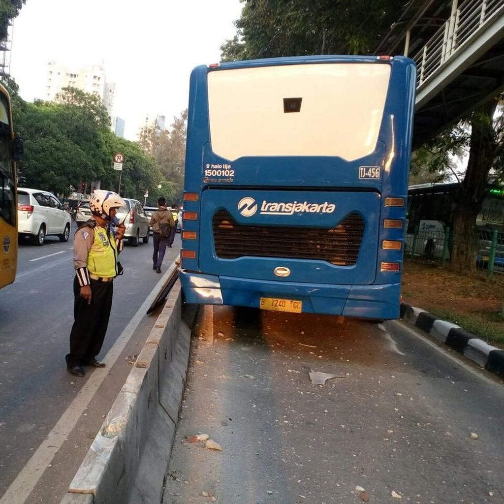 Bus TransJ Kecelakaan di JPO Kyai Tapa, Sopir Selamat