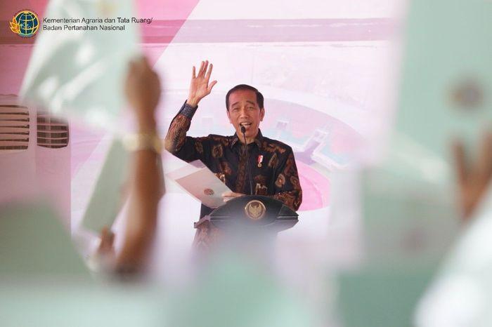 Presiden Jokowi mengatakan setiap saya kunjungan ke daerah, banyak keluhan mengenai sengketa tanah yang terjadi di kalangan masyarakat, penyebabnya karena tidak punya bukti hukum atas tanah yang dimiliki. Sertifikat tanah itu bukti hukum atas tanah yang dapat menyelesaikan masalah sengketa tanah, maka dari itu saya amanahkan ke Kementerian ATR/BPN untuk lakukan pencepatan pendaftaran tanah agar masyarakat bisa memiliki sertifikat tanah tanpa menunggu puluhan tahun. Foto: dok. Kementerian ATR/BPN