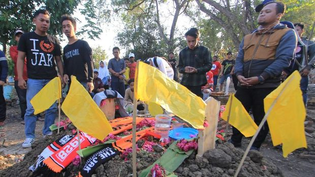 Haringga Sirla dikebumikan di Indramayu.