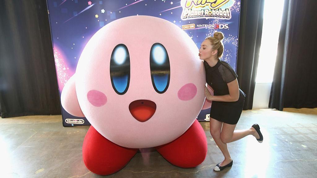 10. Kirby. Sosok merah jambu yang seperti bantal ini senantiasa bikin gemas penggemarnya. (Foto: Jonathan Leibson/Getty Images for Nintendo of America)