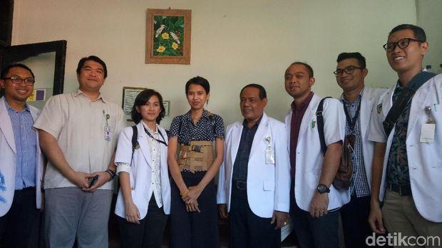 Luh Putu Febi Sriandari (23) berpose dengan tim dokter RSUP Sanglah yang menangani.