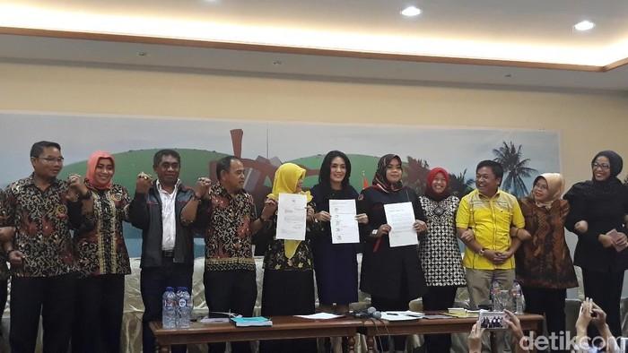 Foto: Rieke Diah Pitaloka terima perwakilan UU ASN (Tsarina-detik)