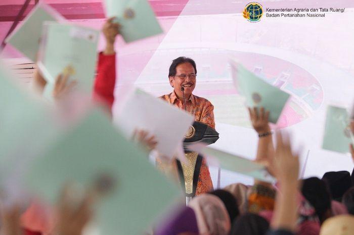 Menteri ATR/Kepala BPN Sofyan A. Djalil melaporkan perkiraan jumlah bidang tanah di Provinsi Jawa Barat sejumlah 19.852.152 bidang dan yang sudah terdaftar sejumlah 7.007.268 bidang (35,3%) sementara sisa yang belum terdaftar sejumlah 12.844.884 bidang (64,700%). Foto: dok. Kementerian ATR/BPN