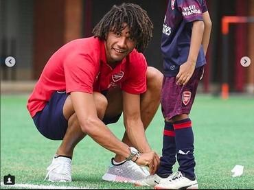 Sabarnya pemain Arsenal ini mengikatkan tali sepatu seorang anak. (Foto: Instagram @arsenal)