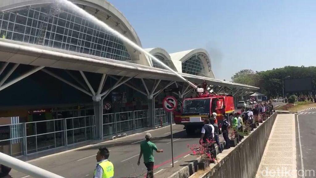 Atap Bandara Hasanuddin Terbakar, Pengunjung Panik