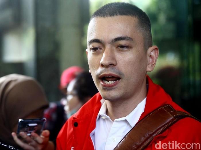 Wakil Ketua Umum Gerindra Fadli Zon dilaporkan oleh Partai Solidaritas Indonesia (PSI) ke polisi terkait posting-an video Potong Bebek Angsa PKI.