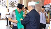 Kulo Nuwun ke PP Sunan Drajat, Kapolda Jatim Dapat Kalungan Sorban