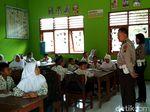 Video: Guru Honorer Mogok Ngajar, Polisi Blitar jadi Guru SD