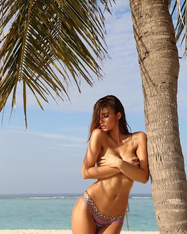 Lorena juga pernah liburan ke Maldives. Gayanya seksi banget! (lorena/Instagram)