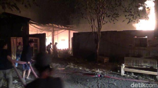 Sebanyak 4 gudang mebel terbakar