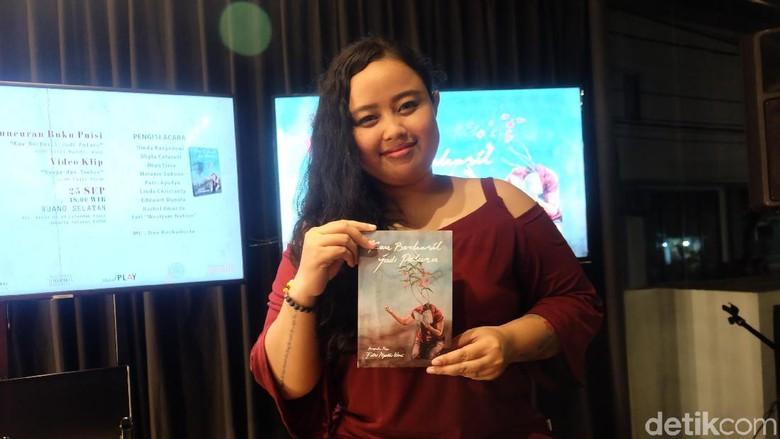 Sambangi Jakarta, Putri Wiji Thukul Rilis Buku Puisi ke-2