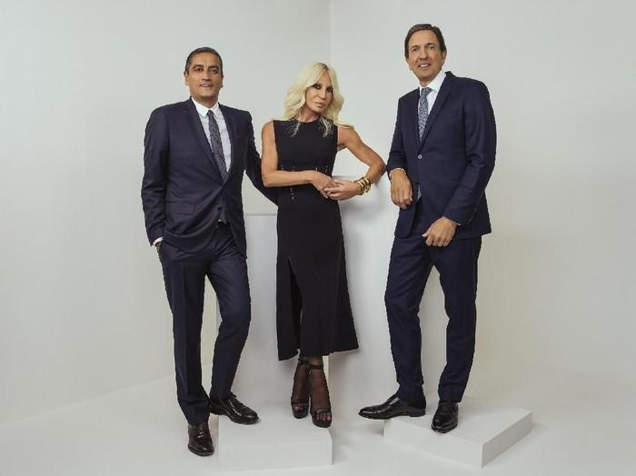 John Idol (kiri), Donatella Versace (tengah) dan Jonathan Akeroyd (kanan). Foto: Rahi Rezvani for Michael Kors Holdings Ltd.