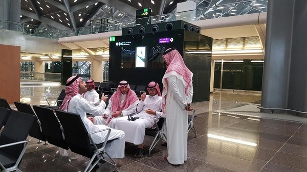 Proyek kereta ini dibangun dalam dua fase oleh dua konsorsium yang melibatkan perusahaan-perusahaan Arab Saudi, Prancis, China, dan Spanyol.