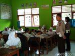 Honorer di Blitar Mogok Ngajar, Polisi Pun Jadi Guru Dadakan