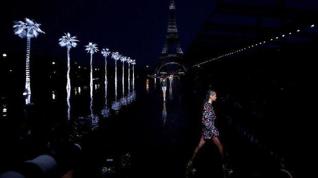 Peragaan koleksi Saint Laurent Spring/Summer 2019 digelar di balik bayang-bayang Menara Eiffel, Paris, Prancis.