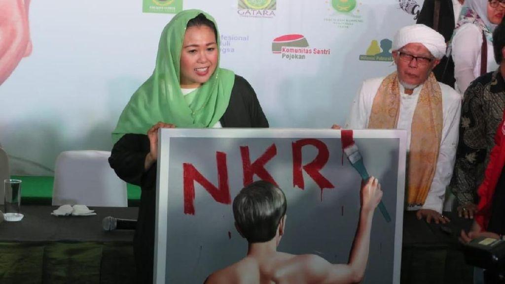 Gaya Kerudung Warna-warni Yenny Wahid, Politikus yang Dukung Jokowi