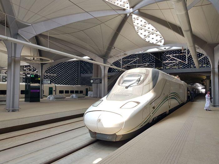Kereta Cepat Haramain Rail Line yang menyambungkan Mekah-Madinah resmi beroperasi. Peresmian langsung dilakukan oleh Raja Arab Saudi Salman bin Abdulaziz Al-Saud. Stephen Kalin/Reuters.