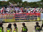 Isak Tangis Guru Honorer Blitar yang Mogok Ngajar di Saat Demo Akbar