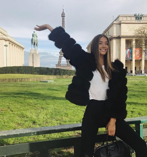 Dengan senyum mengembang, Lorena berfoto dengan latar Menara Eiffel di Paris. (lorena/Instagram)