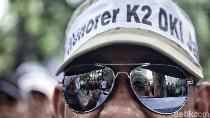 Massa yang tergabung dalam Forum Honorer Kategori 2 Indonesia menggelar aksi di depan Balai Kota DKI Jakarta, Rabu (26/9/2018). Mereka minta diangkat menjadi PNS.