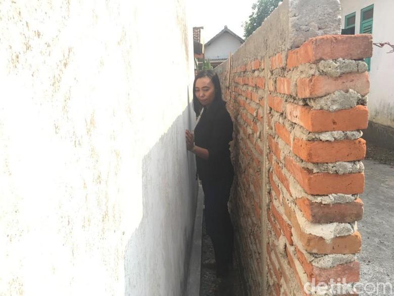 Rumahnya Diblokade Pagar, Khotijah Gugat Seger