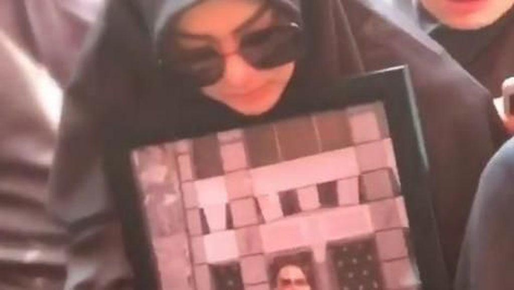 Video: Istri Histeris saat Kakak Syahrini Dikuburkan