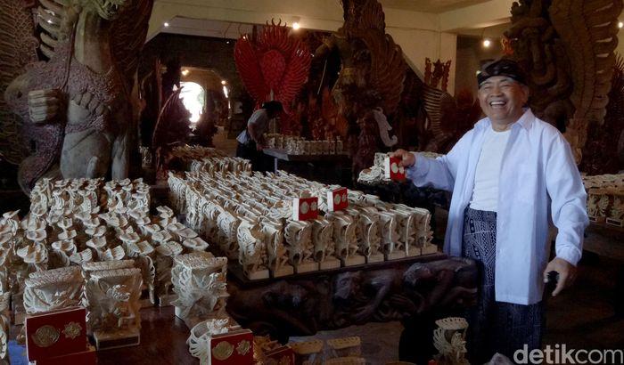 Miniatur patung Garuda Wisnu Kencana dikerjakan maestro patung I Made Ada bersama para perajin di Kampung Garuda, Pakudui, Tegallalang, Gianyar, Bali.