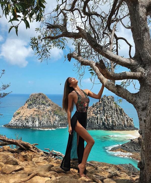 Saat ke Brasil, Lorena memilih Fernando de Noronha yang tenang dan cantik. (lorena/Instagram)