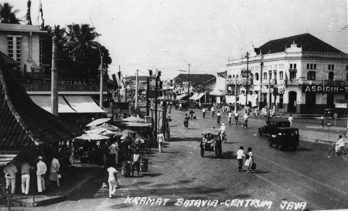 Potret suasana pasar di daerah Kramat, Jakarta di tahun 1942. Keystone/Getty Images.