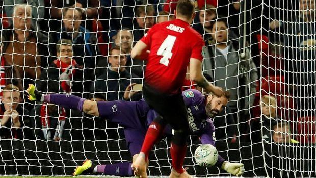 Manchester United kembali gagal dalam drama adu penalti saat menghadapi Derby County.