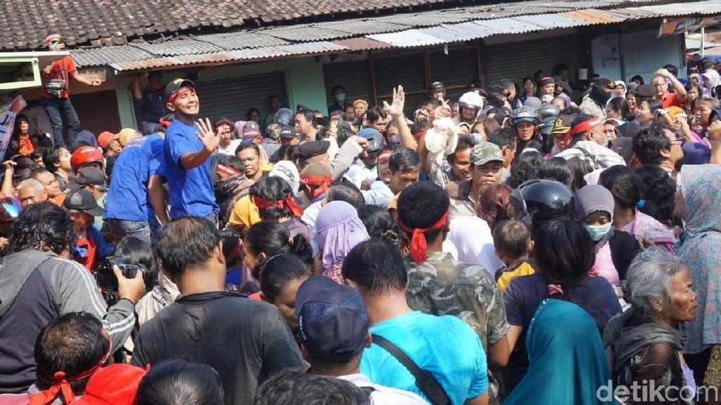 Protes Harga Anjlok, Peternak Bagi-bagi Ayam Gratis di Solo